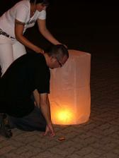 překvapení pro ženicha v podobě létajícího lampionu nikdo nečekal, ani ženich:)