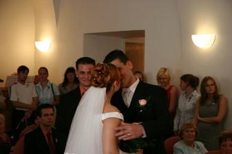 naše první manželské políbení:-)