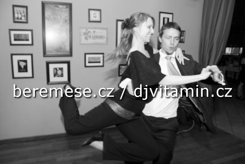 Svatba - Vondráčkovi (Praha) - Winklerovi při tanci.