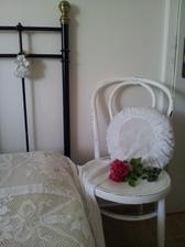 ..stará stolička slúži ako nočný stolík....