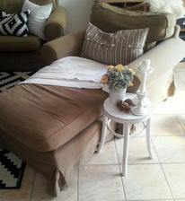 ..pred časom som sa inšpirovala na jednom českom blogu a premiestnila som ležadlo z pohovky ku kreslu...momentálne sa z kresla stalo najoblúbenejšie miesto v obývačke...