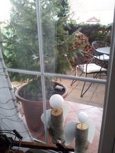 ..náš vianočný stromček v kvetináči zatiaľ čaká vonku za dverami ....