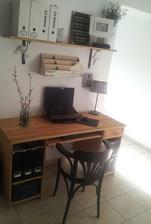..aj pracovný stôl prešiel úpravou...a ušla sa mu aj nová stolička :)