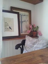 ..polica z palety na zakrytie radiátora....a nový priestor na dekorácie :)