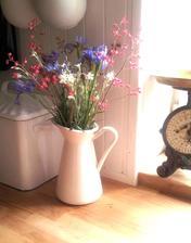 ..prvá tohtoročná kytica natrhaná u nás v záhrade....gypsomilka plazivá, heuchera, iris......