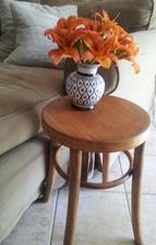 ...vrátila som stoličke jej pôvodnú krásu ......a pribudla aj maľovaná váza :-)