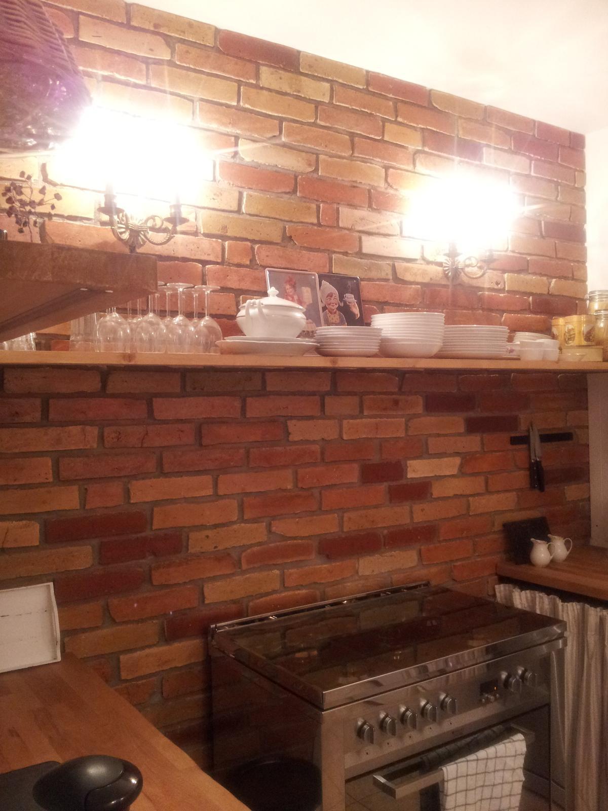..kuchyňa podľa mojich predstáv... - ...po polroku som konečne nalakovala tehly....