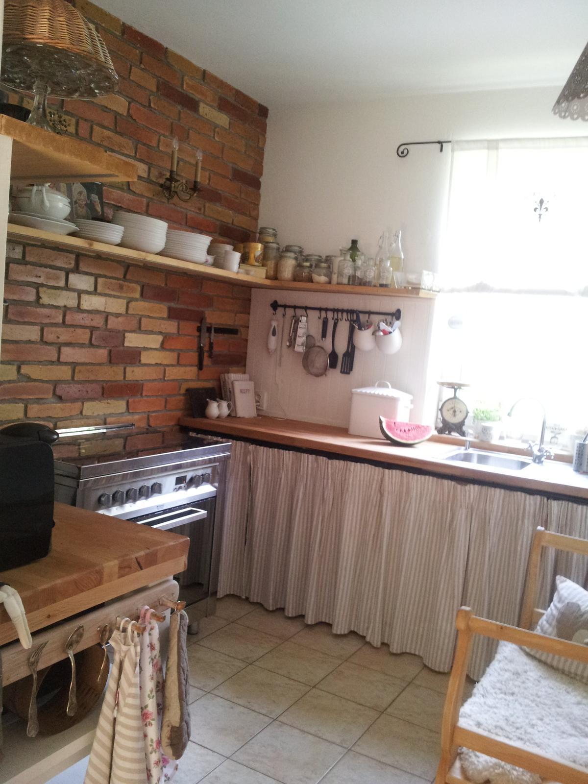 ..kuchyňa podľa mojich predstáv... - ...nalakované tehly za denného svetla...sú oveľa tmavšie a páčia sa mi ešte viac ako predtým...