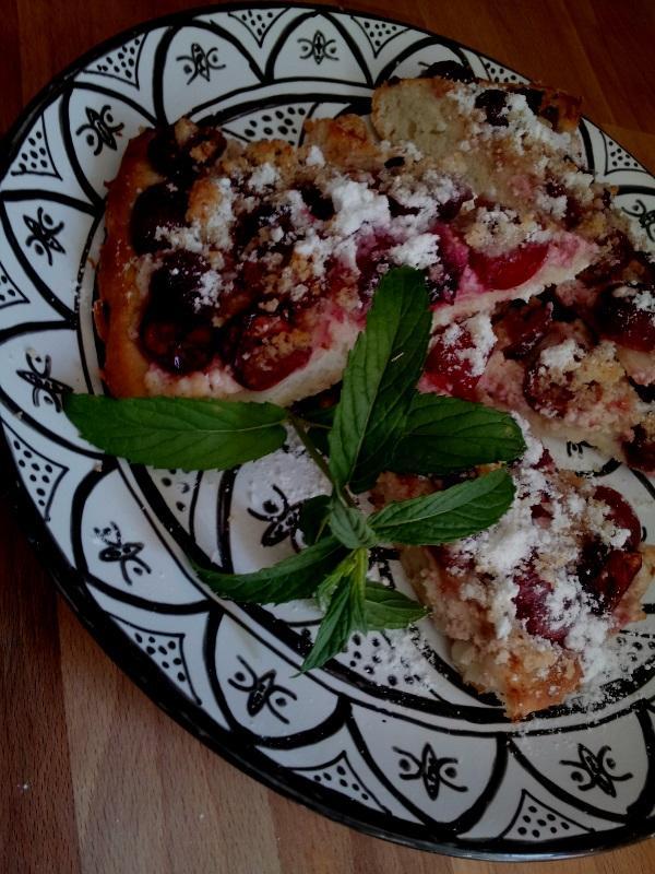 ..kuchyňa podľa mojich predstáv... - ...čerešňovo-višňový s tvarohom a orechovo-mandlovou posýpkou...
