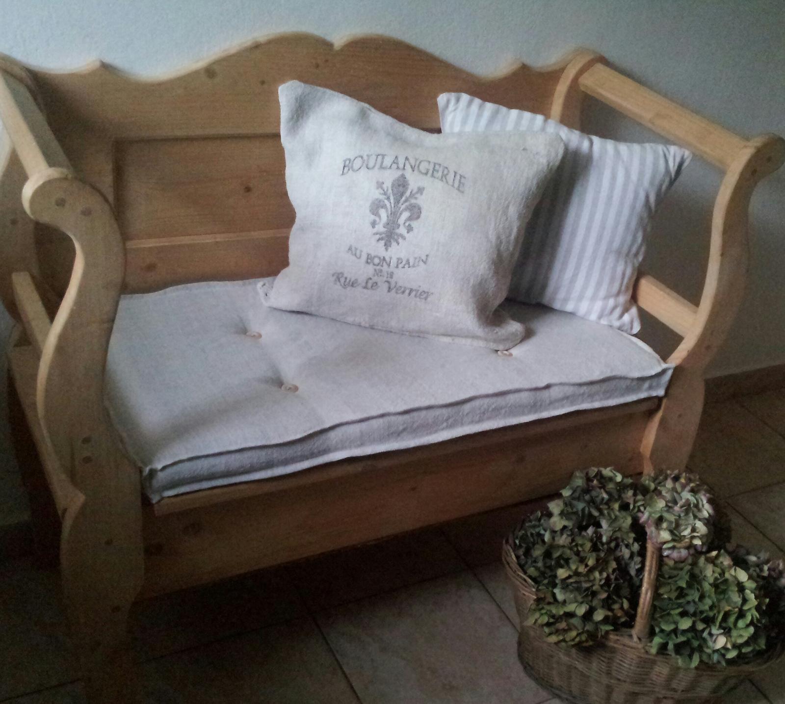 ..kuchyňa podľa mojich predstáv... - ...podsedák na lavicu ušitý zo starého tkaného plátna.....a vankúš z vreca :)