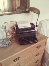 ...tak sme nášmu starému pánkovi našli miesto na komode v spálni...po nociach budem na ňom písať pamäti :-D