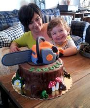 ...dnes z našej obývačky trochu inak...s motorovou pílou :-D ....náš drobček včera oslávil 3. narodeniny...a mne sa skončili pekné časy doma :-D