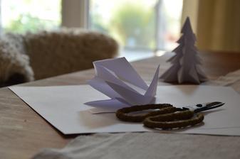 ..príprava na Vianoce.....skladáme papierové stromčeky :-)