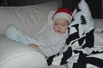 ...dôkaz, že vankúš nie je len na ozdobu :-D ...drobec zmorený celodenným upratovaním...a vianočnú náladu nám robí neustálym nosením mikulášskej čiapky:-)