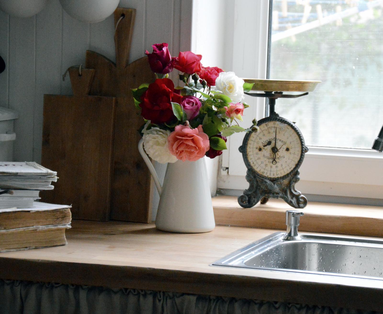 ..kuchyňa podľa mojich predstáv... - ...aj ružový záhon sa už prebral :-)