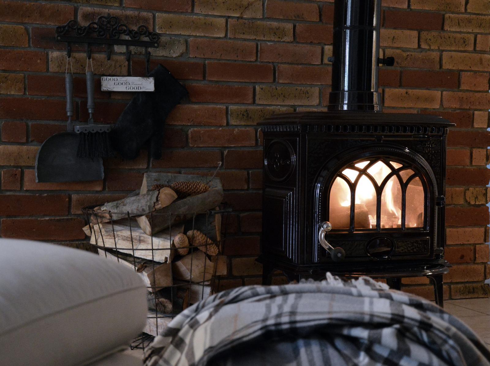 Home sweet home...... - ...môžeme sa doma vyvaľovať pri ohníku :-D
