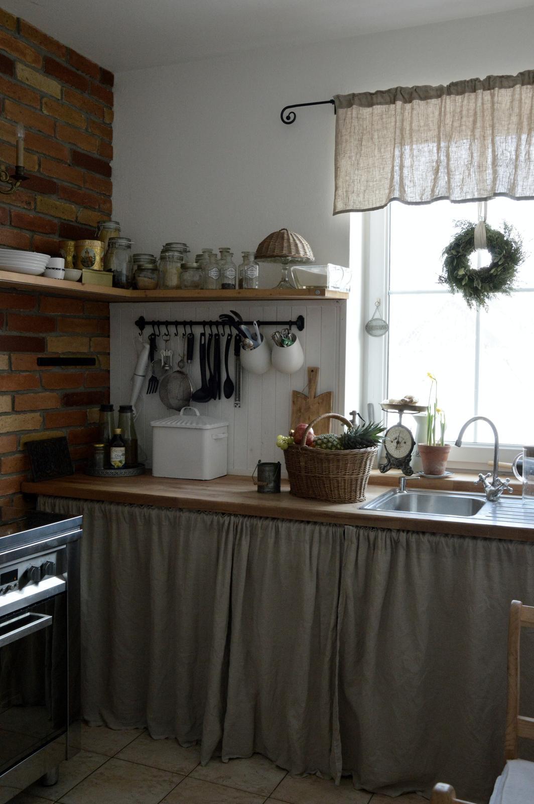 ..kuchyňa podľa mojich predstáv... - ...v kuchyni na okne mi ešte zostal vianočný venček, celkom sa mi tam páči, možno si nejaký celoročný vyrobím :-)