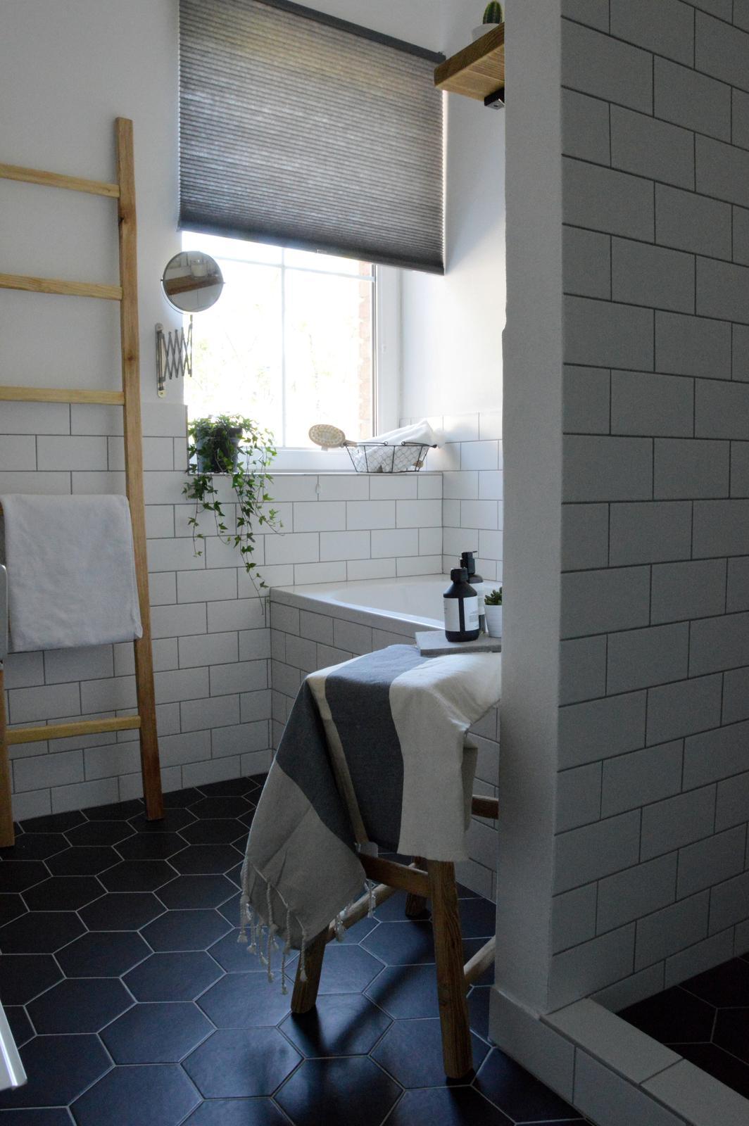 Home sweet home...... - ...kúpeľňa po vyčerpávajúcej dvojtýždňovej rekonštrukcii...vyčerpalo nás murárove pracovné tempo :-D