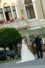 V pozadí na balkóne - svadobčania (super fotka)