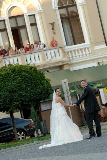 Tina a{{_AND_}}Peco - V pozadí na balkóne - svadobčania (super fotka)