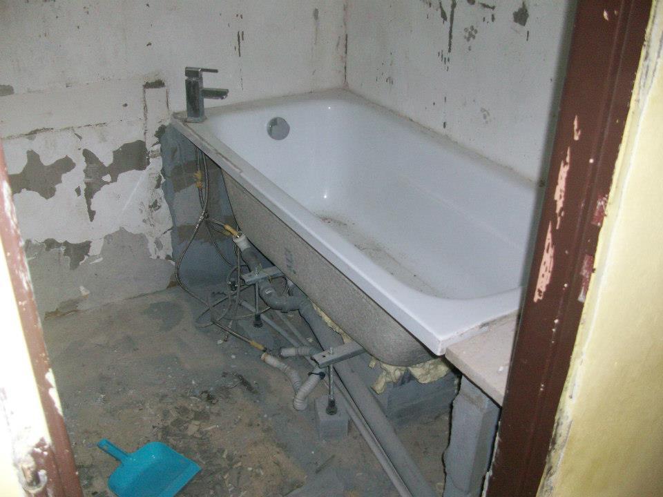 Rekonštrukcia kúpeľne - Pred rekonštrukciou bola vykachličkovaná červeno-bielo- čierna
