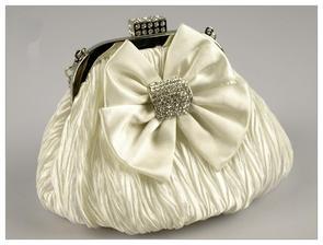 Nevěsta prý kabelku nemá, ale tato by se možná hodila
