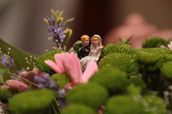 kytice na stůl s miniženíškem a mininevěstou