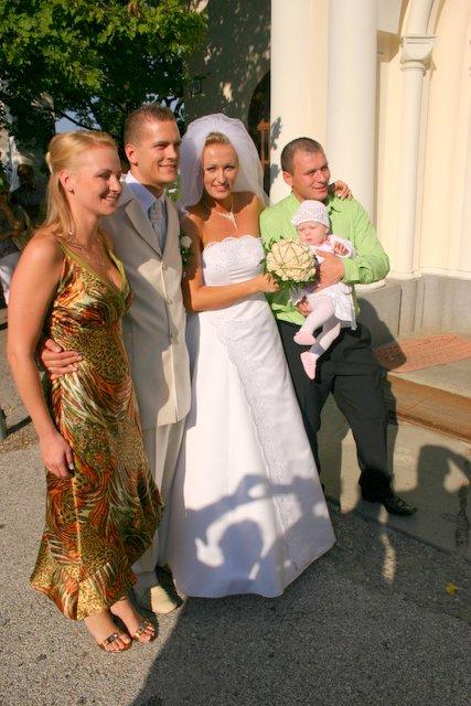 Martina{{_AND_}}Michal - pred kostolom s kamarátmi