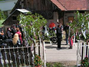 Motorky, ktore boli v nasom sprievode sa zbieraju u nas na dvore