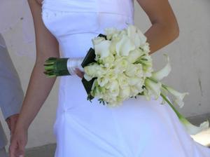 Alebo táto v kombinácii s bordovými ružami a nie bielymi