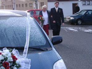 a jde se - ženich s maminkou