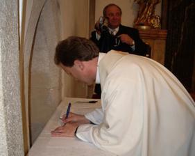 a ještě podpis - pan farář