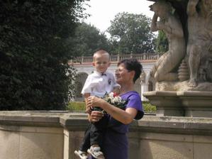 synovec Víťa s babičkou