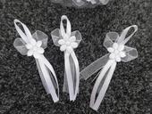 Bílé vývazky s květinkou a špendlíkem 31ks,