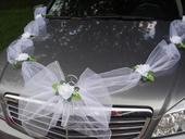 Biela výzdoba na auto s ružami,