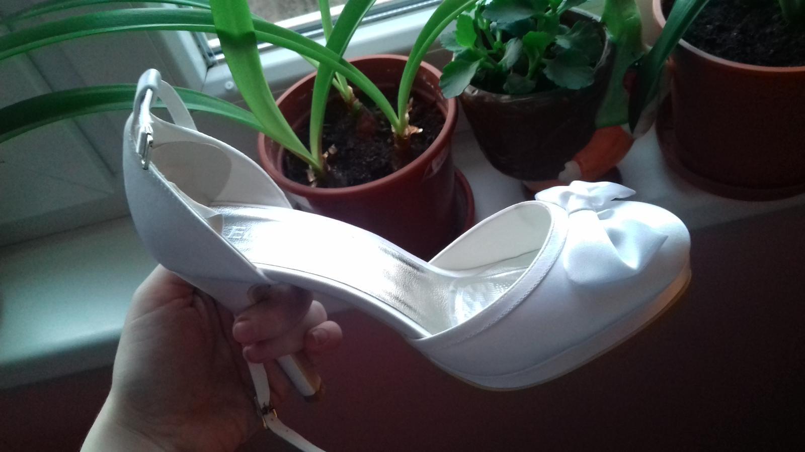Svadobné biele topánky - Obrázok č. 3