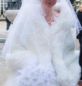 Bílá kožešinová pelerína ke svatebním šatům,