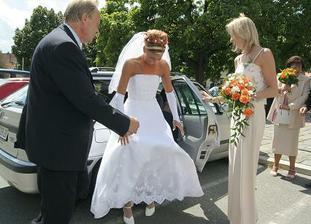 příjezd na obřad,vystupování z auta, pomáhají mě můj tatínek a sestra (svědek)