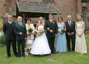 vedle ženicha moje maminka s tatínkem a svědkem(sestrou),vedle mě ženichova maminka s tatínkem a se svědkem (bráchou)