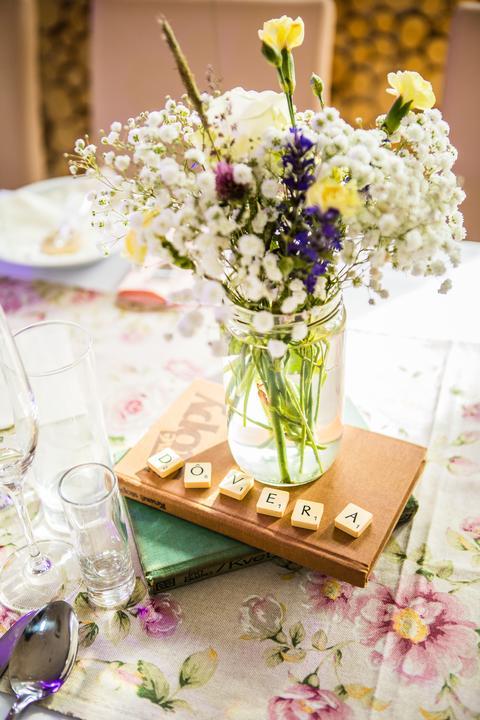 Plánovací diár - na stoly pojdu knihy po dva kusy pod kazdy zavaraci pohar, v ktorom budu lucne kvety a travy