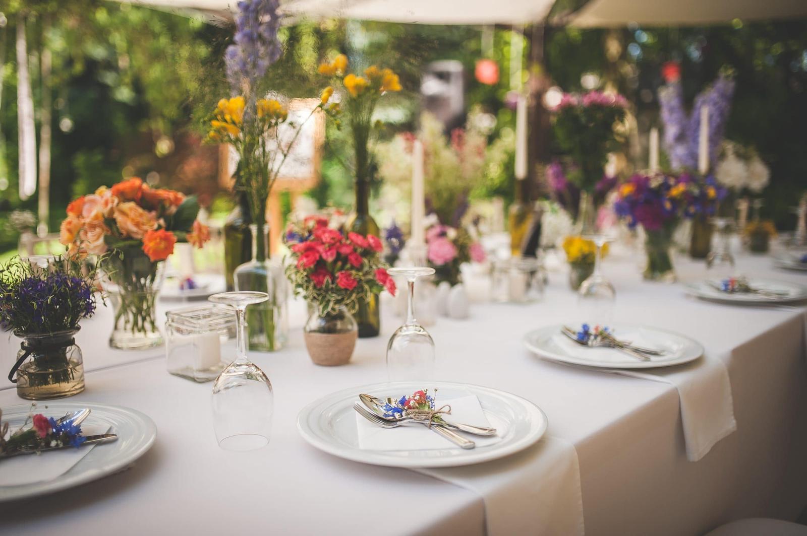 Plánovací diár - rozne sklenene nadoby s kvetmi