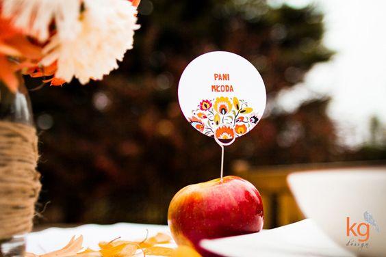 Plánovací diár - kazdy dostane k tanieru jedno cervene jablcko