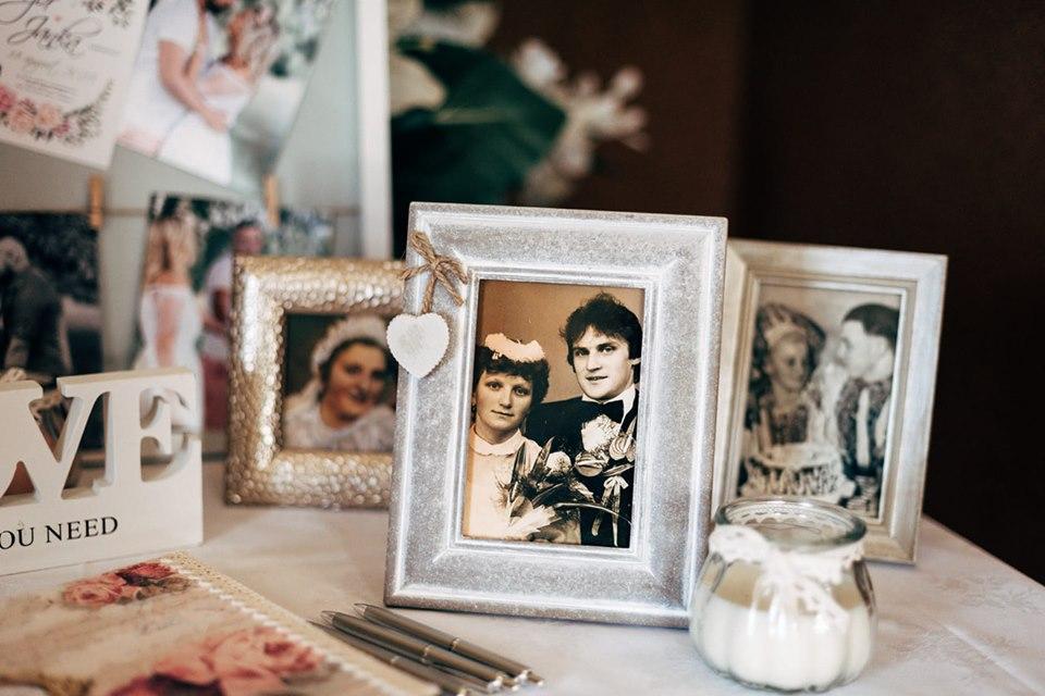 Plánovací diár - fotky rodiny svadobne na stole s knihou hosti