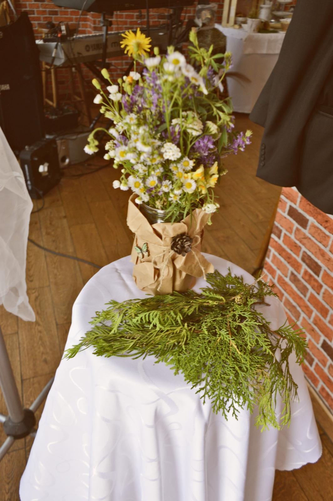 Plánovací diár - zavaracie pohare obalene baliacim papierom s lucnymi kvetmi