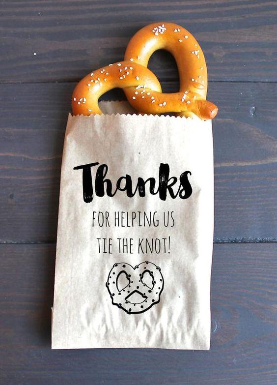"""Plánovací diár - ako welcome snack bude bude praclik, alebo donut a bude to zabalene v prirodnom papieri s mottom """"ako tento praclik, aj laska nema zaciatok ani koniec"""""""