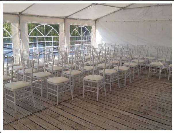 Co už máme - Chata nemá venkovní nábytek, takže židle, stoly, ubrusy, stan: objednáno.