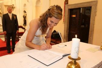 To nevěsta se při podpisech zapotila...