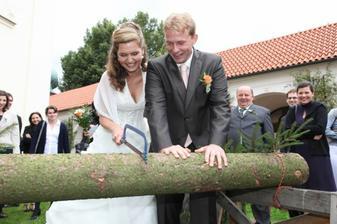 První nesnadný úkol pro novomanžele.