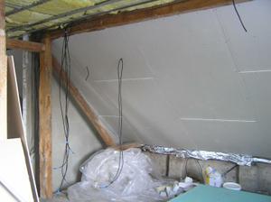sádroš a kabely-jinak ložnice a šatna