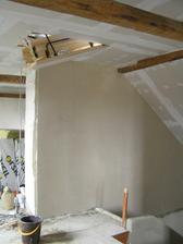 nahozená zeď u schodiště a namontovaný schdy na půdičku